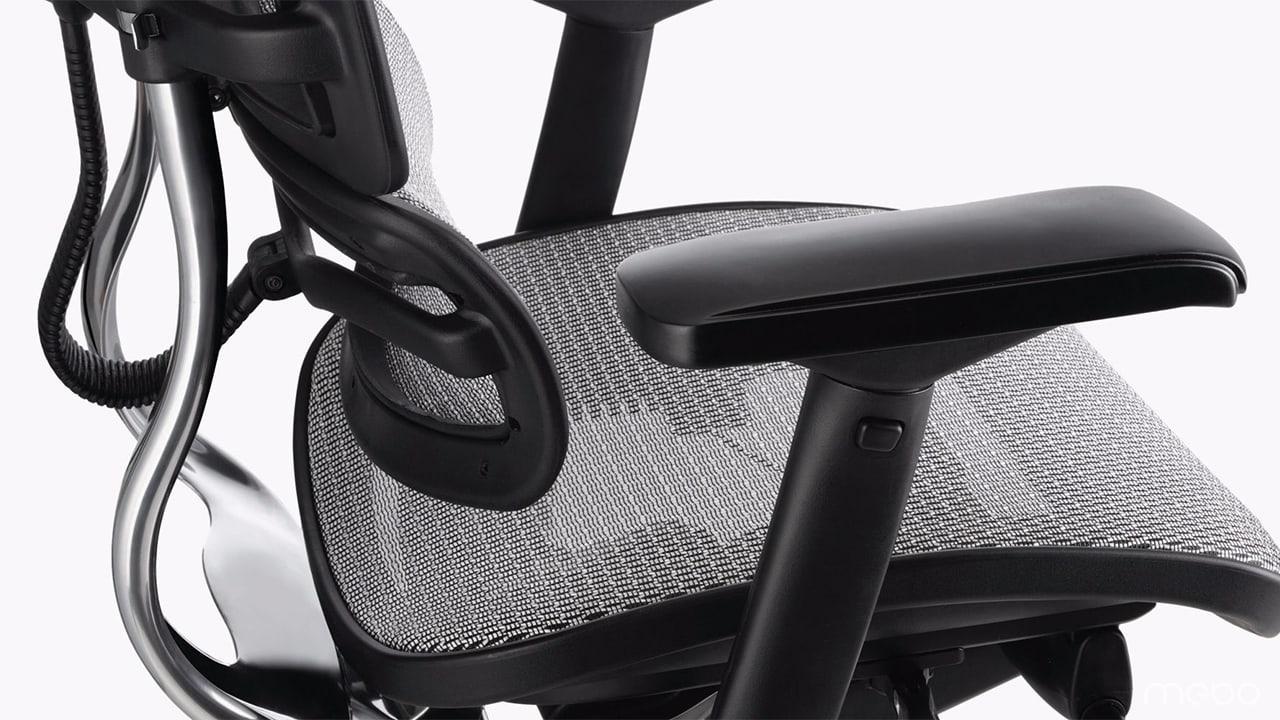 Podłokietniki regulowane 4D w fotelu Ergohuman